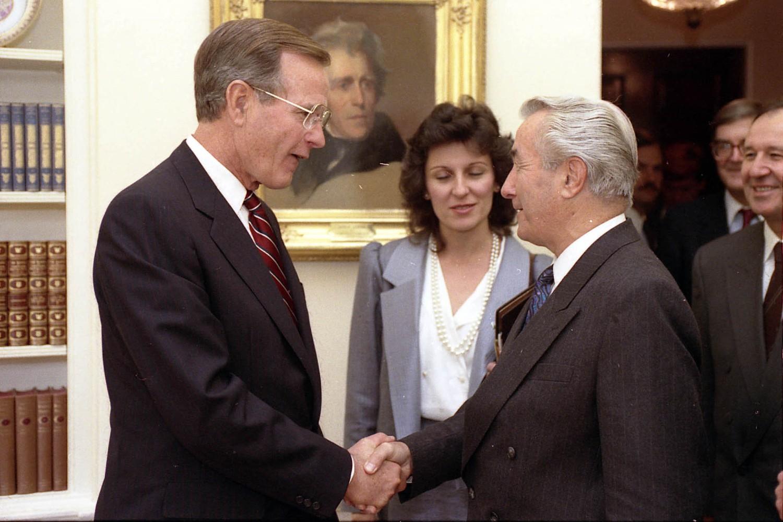 Američki predsednik Džordž Buš stariji tokom sastanka sa jugoslovenskim premijerom Antom Markovićem u Ovalnom kabinetu Bele kuće, Vašington, 13. oktobar 1989. (Foto: George Bush Presidential Library and Museum)