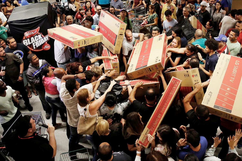 Gužva i otimanje kupaca oko televizora u jednoj radnji u Sao Paolu tokom tzv. Crnog petka, 25. novembar 2016. (Foto: Reuters/Nacho Doce)