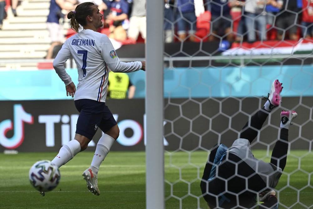 Тренутак када репрезентативац Француске Антоан Гризман постиже гол на утакмици са Мађарском током Европског првенства, Будимпешта, 19. јун 2021. (Фото: Tibor Illyes/Pool via AP)