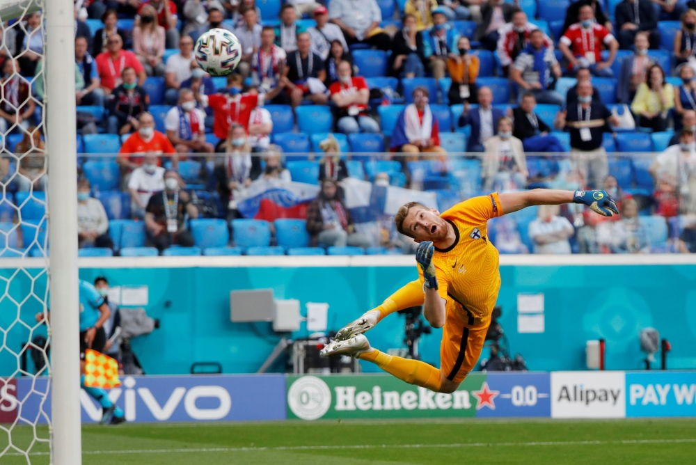 Тренутак када голман фудбалске репрезентације Финске Лукаш Храдецки прима гол на утакмици са Русијом на Европском првенству 2021. (Фото: Pool via Reuters/Evgenia Novozhenina)