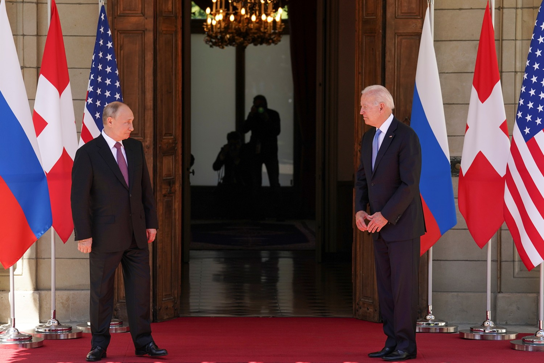Ruski predsednik Vladimir Putin i američki predsednik Džo Bajden tokom sastanka u Ženevi, 16. jun 2021. (Foto: Reuters/Kevin Lamarque)
