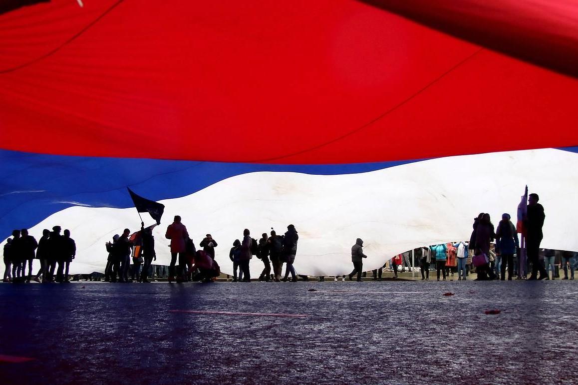Građani Moskve tokom razvijanja velike ruske zastave (Foto: Yekaterina Yakel/TASS)