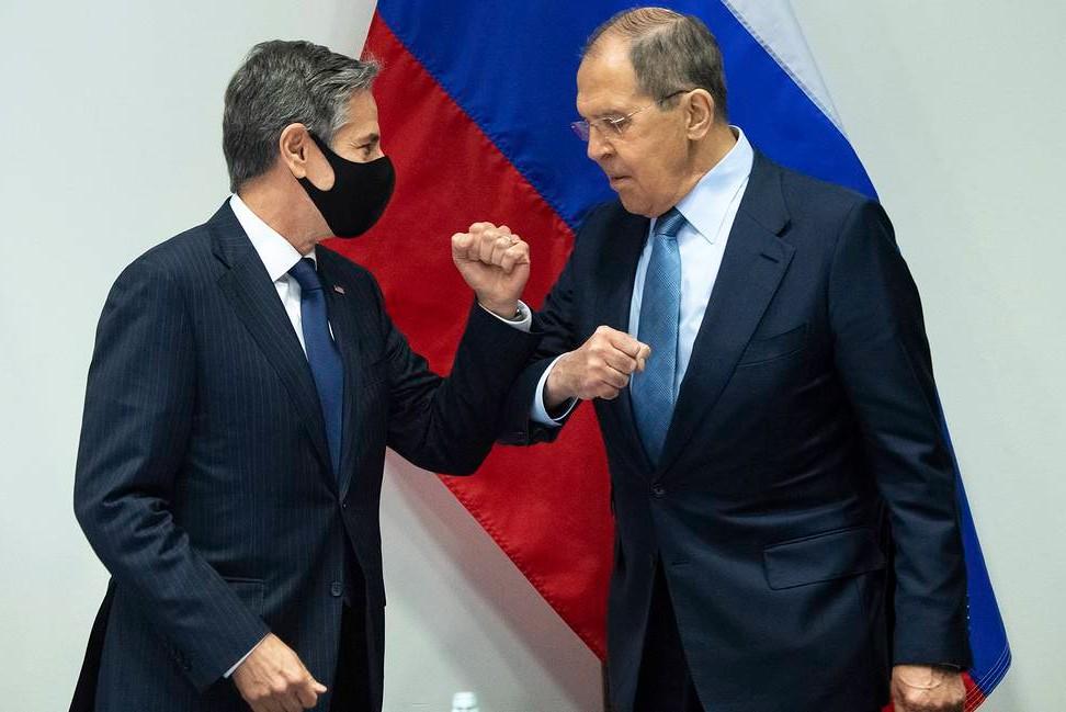 Američki državni sekretar Entoni Blinken tokom pozdrava sa ruskim ministrom spoljnih poslova Sergejom Lavrovim prilikom sastanka na marginama ministarskog samita Arktičkog saveta, Rejkjavik, 19. maj 2021. (Foto: Saul Loeb/Pool Photo via AP)