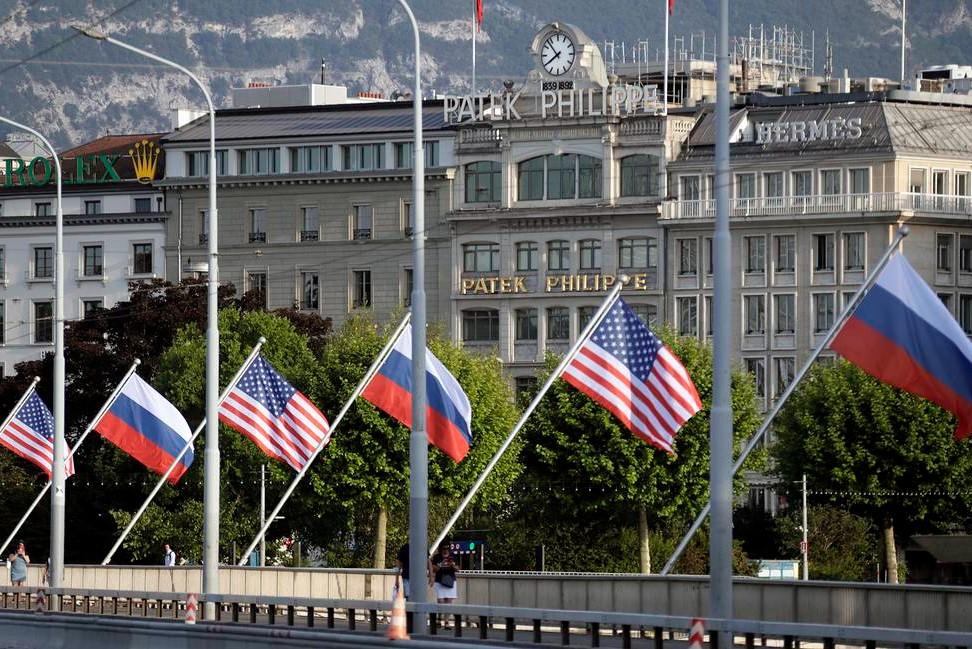 Заставе Русије и Сједињених Држава окачене на мосту у Женеви уочи састанка Владимира Путина и Џозефа Бајдена (Фото: Mikhail Metzel/TASS)
