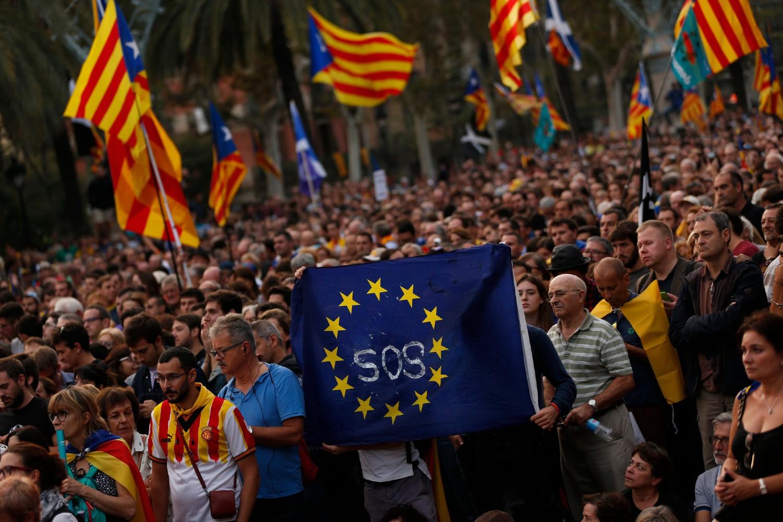 Pristalice nezavisnosti Katalonije sa zastavom Evropske unije tokom skupa u Barseloni, 10. oktobar 2017. (Foto: AP Photo/Francisco Seco)