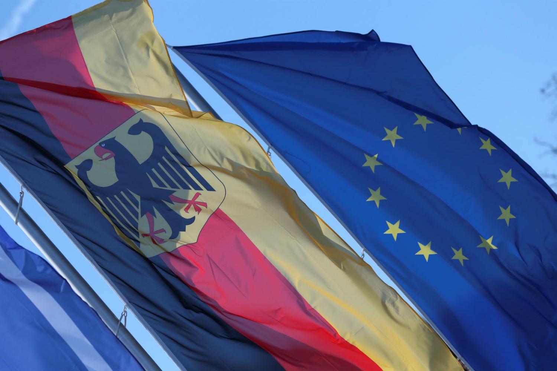 Zastave Nemačke i Evropske unije na granici Nemačke i Francuske, Sarbriken, 16. mart 2020. (Foto: Reuters/Ralph Orlowski)