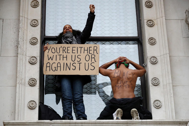 "Demonstranti sa transparentima tokom protesta pokreta ""Crni životi su važni"", London, 07. jun 2020. (Foto: Reuters/Hannah McKay)"
