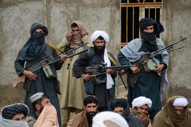 Avganistanski talibanski borci slušaju mulu Muhameda Rasula, novoizabranog lidera otcepljene frakcije talibana u Farah provinciji, 03. novembar 2015. (Foto: AP Photo)