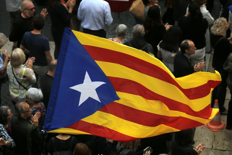 Demonstranti sa zastavom nezavisne Katalonije tokom protesta u Barseloni, 02. novembar 2017. (Foto: AP Photo/Manu Fernandez)