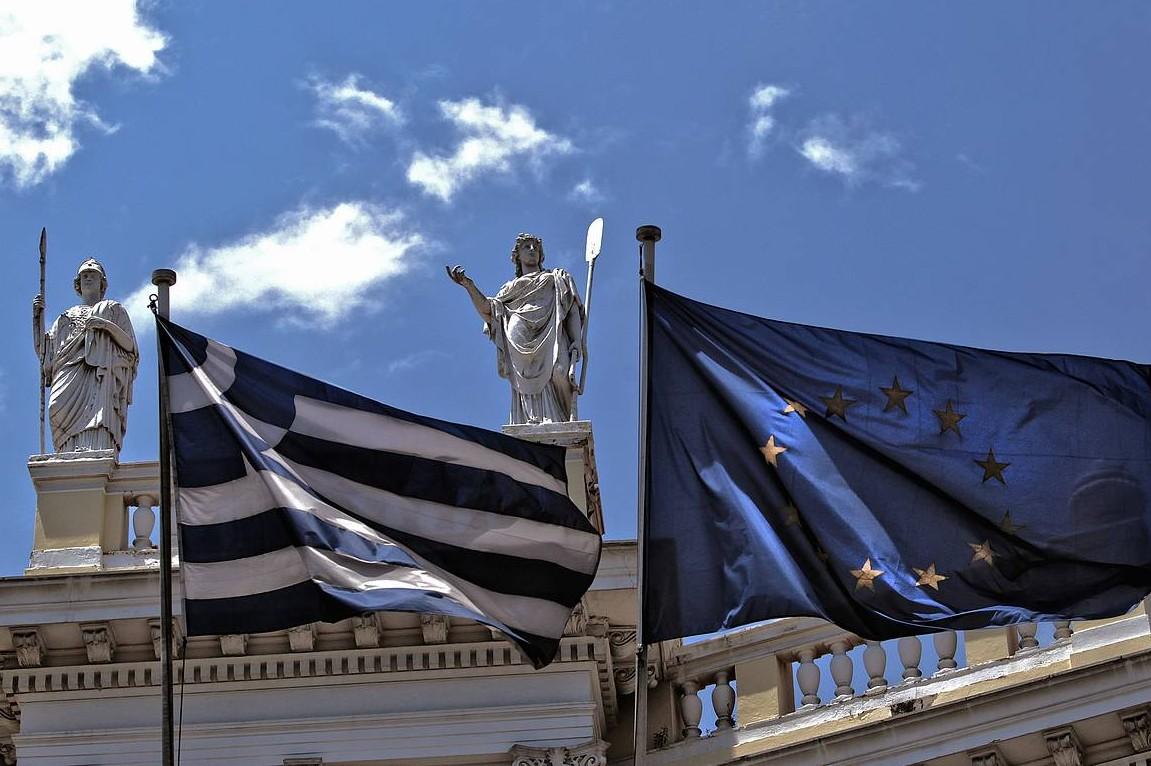 Zastave Grčke i Evropske unije (Foto: EPA/Simela Pantzartzi)