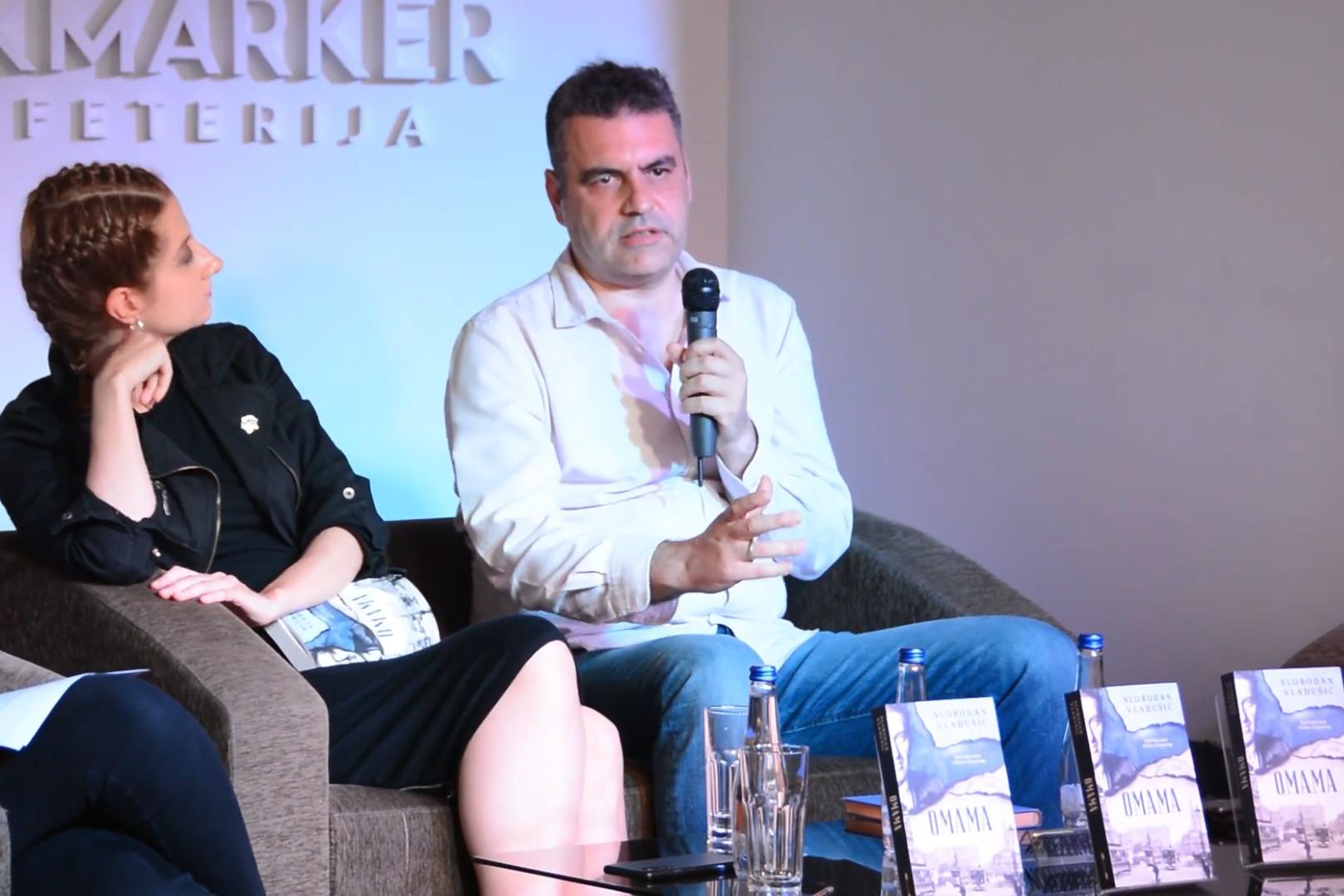 """Slobodan Vladušić tokom promocije svoje knjige """"Omama"""" u knjižari Laguna (Foto: Snimak ekrana/Jutjub/Laguna)"""