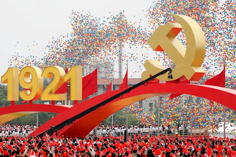 Kinezi sa nacionalnim i partijskim zastavama prilikom obeležavanja 100. godišnjice osnivanja Komunističke partije Kine na Trgu Tjenanmen, Peking, 01. jul 2021. (Foto: Reuters/Carlos Garcia Rawlins)