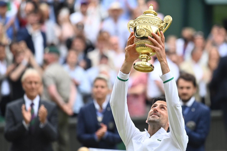 Srpski teniser Novak Đoković sa trofejom Vimbldona nakon pobede nad Mateom Beretinijem u finalu, London, 11. jul 2021. (Foto: Reuters/Toby Melville)