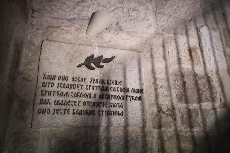Mermerna ploča sa stihovima unutar spomenika na Gazimestanu (Foto: Radomir Jovanović/Novi Standard)