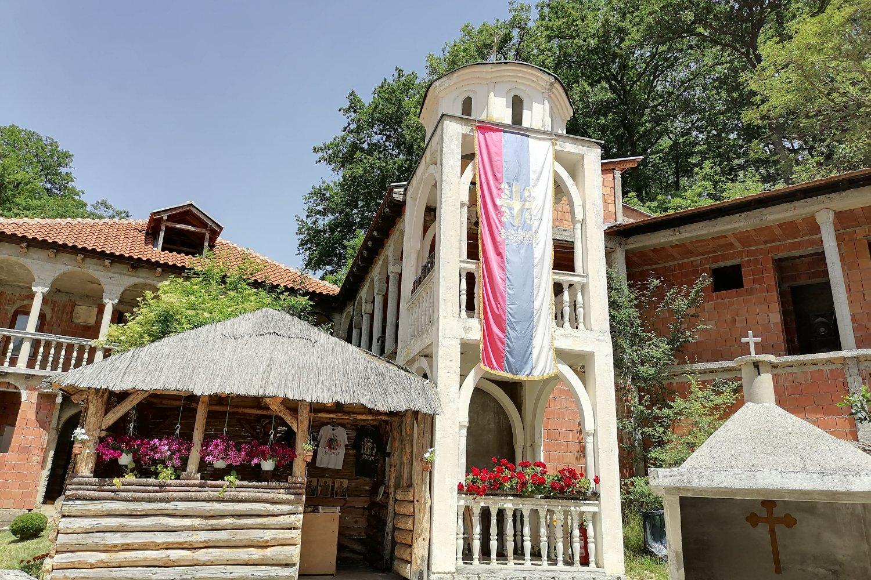 Srpska crkvena zastava ispred manastira Draganac (Foto: Radomir Jovanović/Novi Standard)