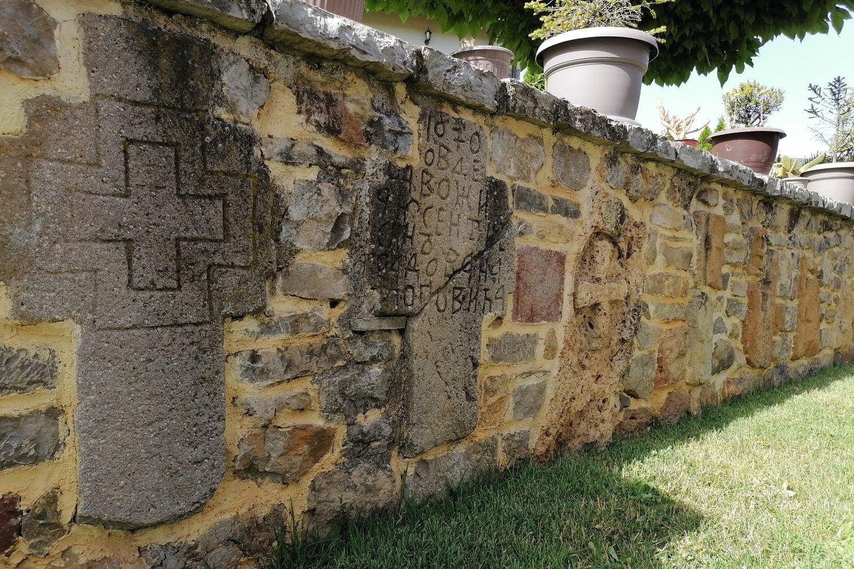 Ranohrišćanski nadgrobni spomenici u porti manastira Zočište (Foto: Radomir Jovanović/Novi Standard)
