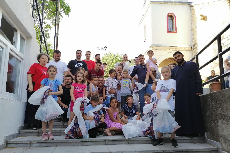 Olivera Radić (prva sleva), Radomir Jovanović (u sredini), otac Milan (prvi zdesna) sa ostatkom grupe i decom Orahovca u porti crkve, 26. jun 2021. (Foto: Radomir Jovanović/Novi Standard)