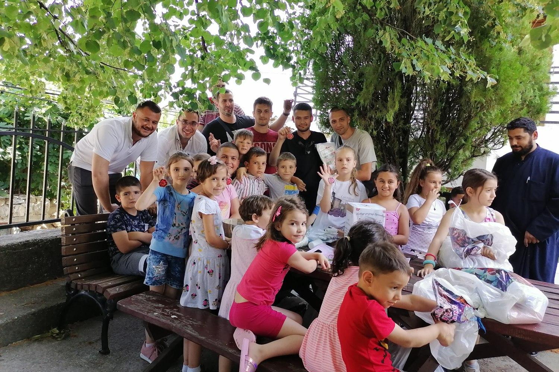 Radomir Jovanović sa ostatkom grupe i decom Orahovca u porti crkve, 26. jun 2021. (Foto: Radomir Jovanović/Novi Standard)
