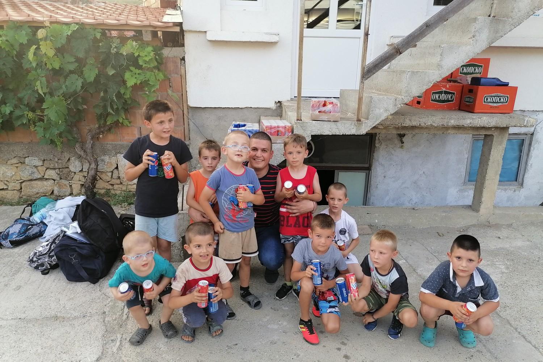 Radomir Jovanović sa decom Velike Hoče (Foto: Radomir Jovanović/Novi Standard)