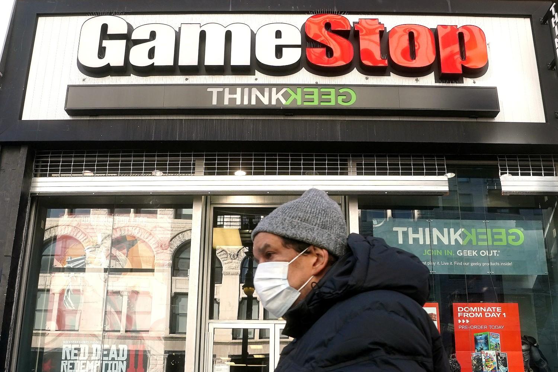 Osoba prolazi pored prodavnice Gejmstopa na Menhetnu, Njujork, 29. januar 2021. (Foto: Reuters/Carlo Allegri)