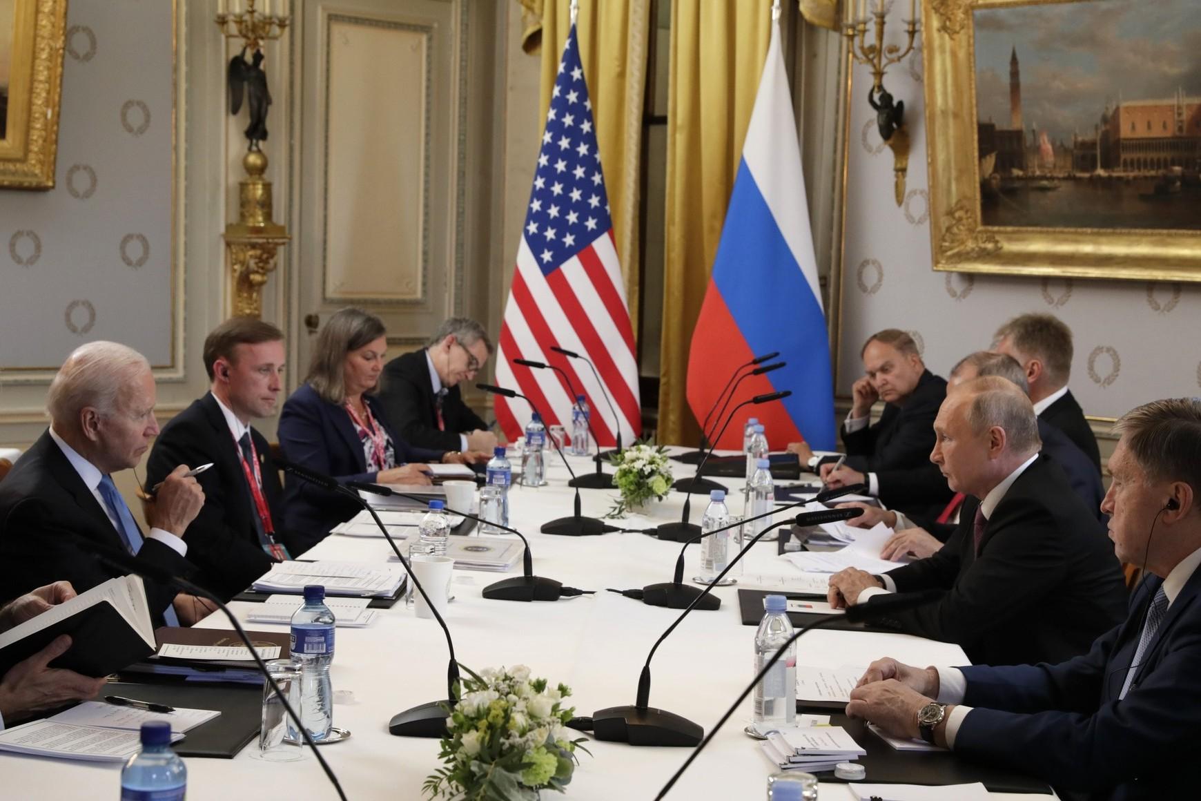 Američki predsednik Džo Bajden i ruski predsednik Vladimir Putin sa članovima svojih delegacija tokom sastanka, Ženeva, 16. jun 2021. (Foto: TASS/kremlin.ru)