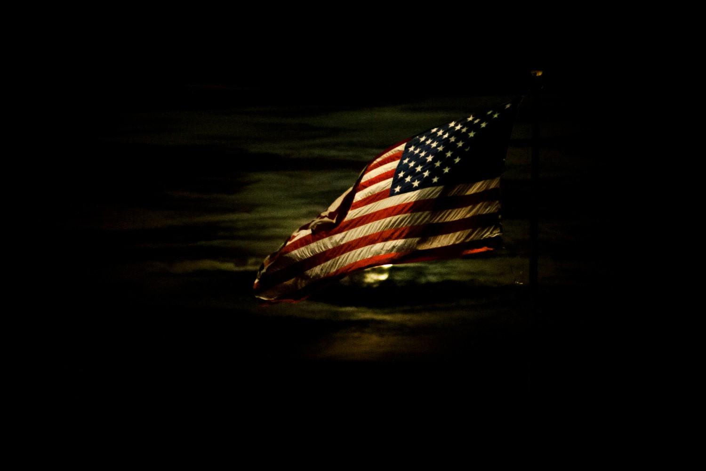 Američka zastava noću iznad vazduhoplovne baze Čarlston (Foto: Wikimedia/Flickr/DVIDSHUB/Senior Airman Dennis Sloan)