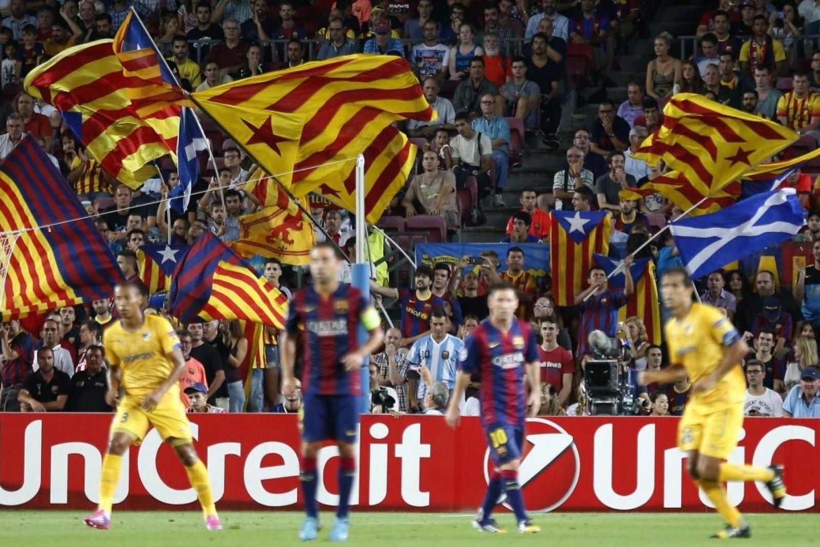 Navijači Barselone sa zastavama nezavisne Katalonije tokom utakmice Lige šampiona protiv Apoela na stadionu Kamp Nou, Barselona, 17. septembar 2014. (Foto: Reuters/Gustau Nacarino)