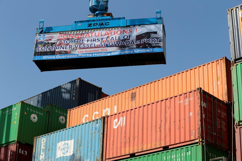 Ukrcavanje kontejnera na prvi kineski kontejnerski brod koji je prispeo u luku Gvadar u Pakistanu, 13. novembar 2016. (Foto: Reuters/Caren Firouz)