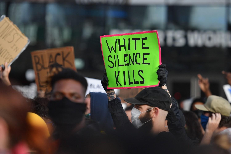"""Demonstranti sa transparentom na kome piše """"Ćutanje belaca ubija"""" tokom protesta pokreta """"Crni životi su važni"""", Njujork, 01. jun 2020. (Foto: Angela Weiss/AFP via Getty Images)"""
