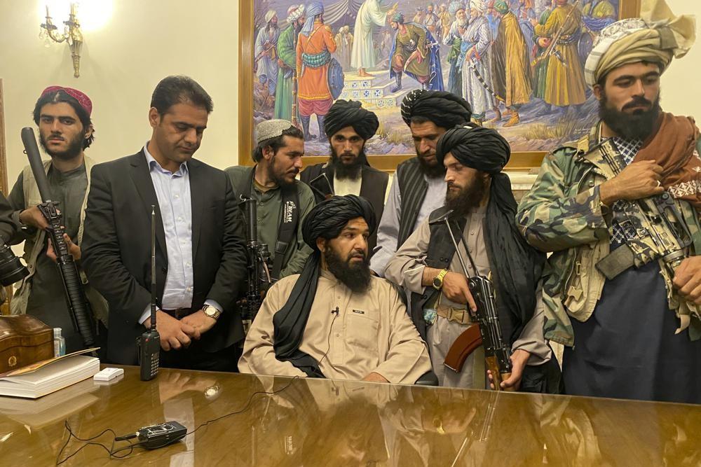 Talibanski borci u predsedničkoj palati Ašrafa Ganija u Kabulu, 15. avgust 2021. (Foto: AP Photo/Zabi Karimi)
