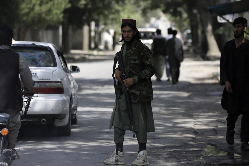 Naoružani talibanski borac tokom čuvanja straže na kontrolnom punktu u Kabulu, 22. avgust 2021. (Foto: AP Photo/Rahmat Gul)