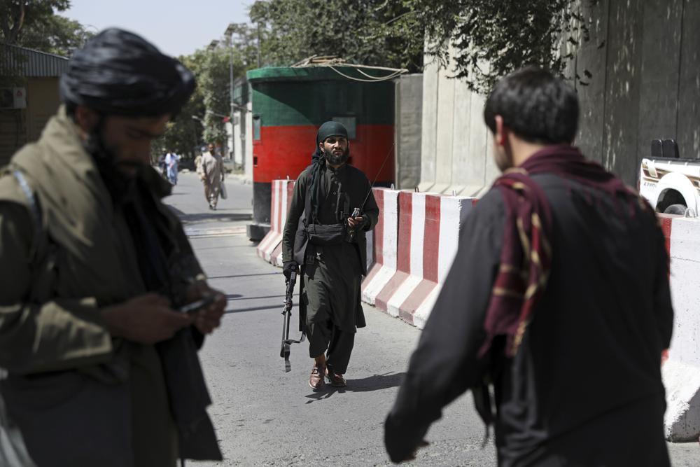 Талибански борци током чувања страже на контролном пункту испред Министарства спољних послова, Кабул, 16. август 2021. (Фото: AP Photo/Rahmat Gul)
