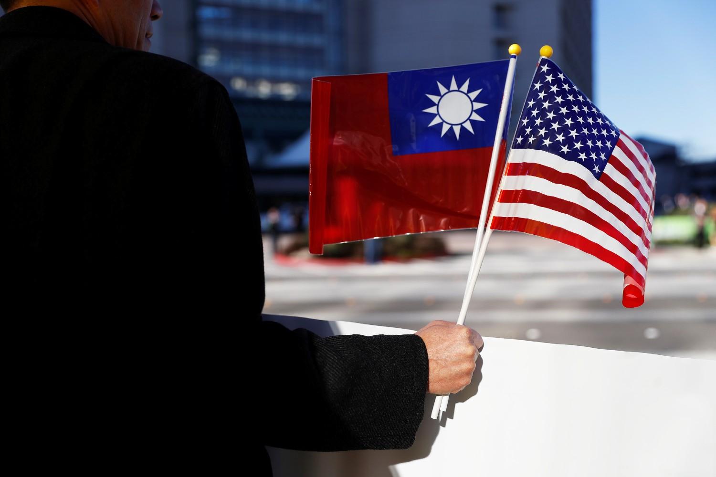 Demonstrant sa zastavama Tajvana i Sjedinjenih Država tokom jednom protesta u Kaliforniji, januar 2017. (Foto: Reuters/Stephen Lam)