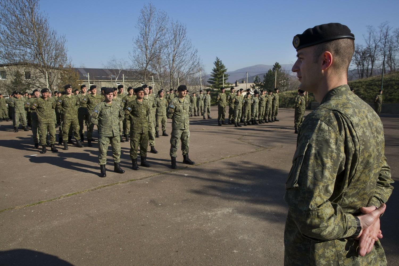 Pripadnici tzv. Kosovskih bezbednosnih snaga (KBS) u kasarni u južnom delu Kosovske Mitrovice, 22. mart 2018. (Foto: AP Photo/Visar Kryeziu)