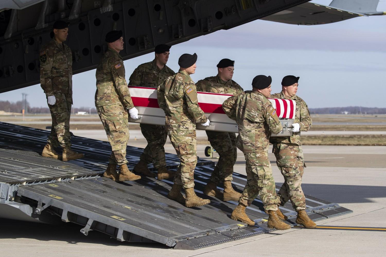 Амерички војници током изношења ковчега са посмртним остацима свог саборца убијеног у Авганистану из авиона у ваздухопловној бази Довер у Делаверу, 25. децембар 2019. (Фото: AP Photo/Alex Brandon)