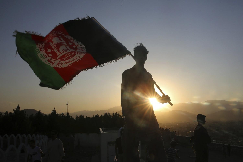 Човек са заставом Авганистана током прославе Дана независности, Кабул, 19. август 2019. (Фото: AP Photo/Rafiq Maqbool)