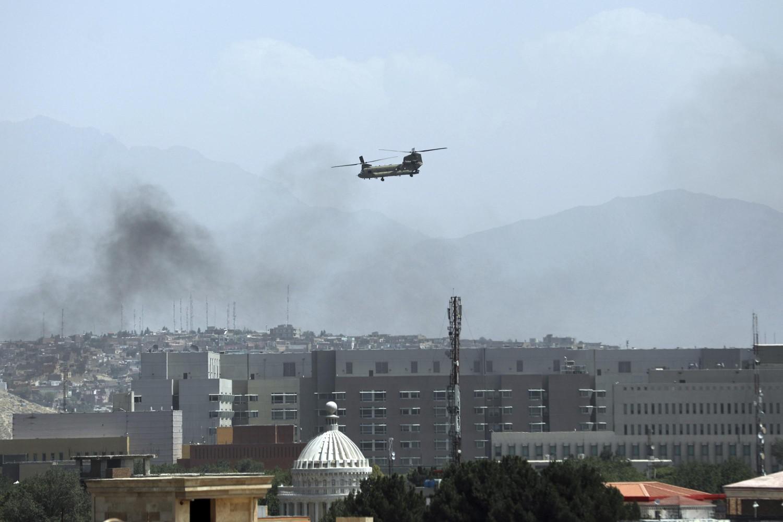 Američki helikopter Činuk tokom leta iznad američke ambasade u Kabulu, 15. avgust 2021. (Foto: AP Photo/Rahmat Gul)