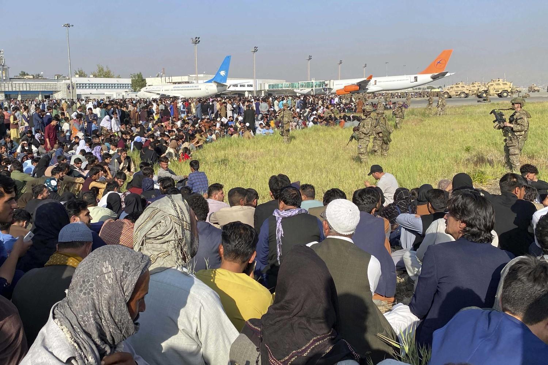 Stotine ljudi na aerodromu u Kabulu prilikom čekanja na evakuaciju nakon prodiranja talibana, 16. avgust 2021. (Foto: AP Photo/Shekib Rahmani)