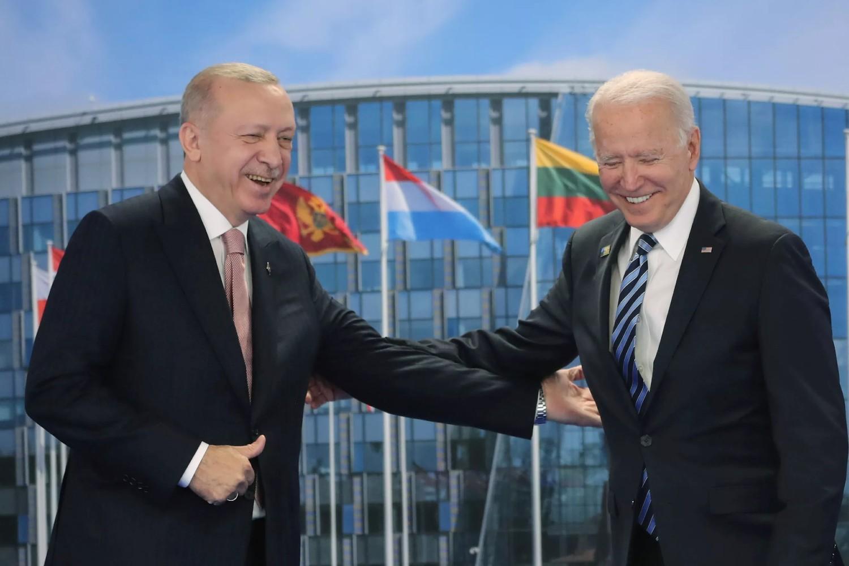 Turski predsednik Redžep Tajip Erdogan i američki predsednik Džo Bajden tokom sastanka na marginama NATO samita u Briselu, 14. jun 2021. (Foto: Murat Cetinmuhurdar/Presidential Press Office/Handout via Reuters)