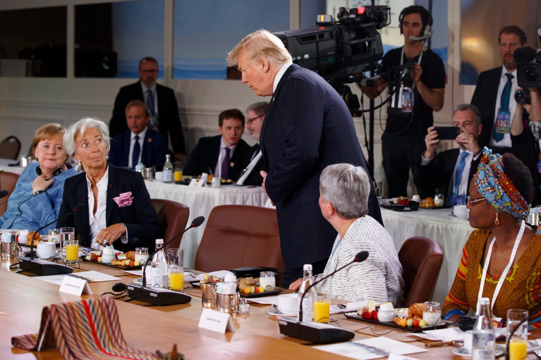 Амерички председник Доналд Трамп стиже на радни доручак Саветодавног већа за родну равноправност током самита Г7 и седа поред генералне директорке ММФ-а Кристин Лагард, Шарлевоа (Канада), 09. јун 2018. (Фото: AP Photo/Evan Vucci)