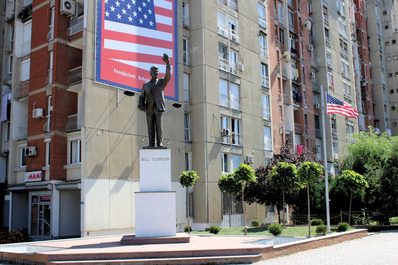Statua Bila Klintona i američka zastava u Prištini (Foto: Wikimedia/Arianit, CC BY-SA 4.0)