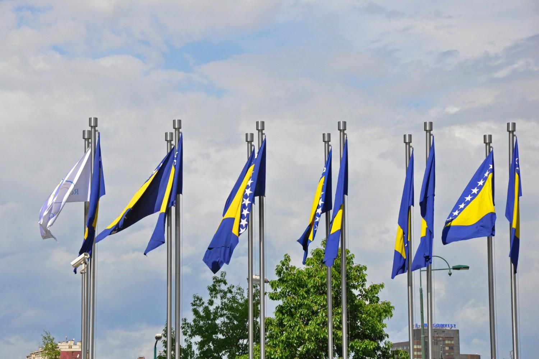 Zastave BiH ispred zgrade parlamenta (Foto: Wikimedia/Flickr/Jennifer Boyer, CC BY 2.0)