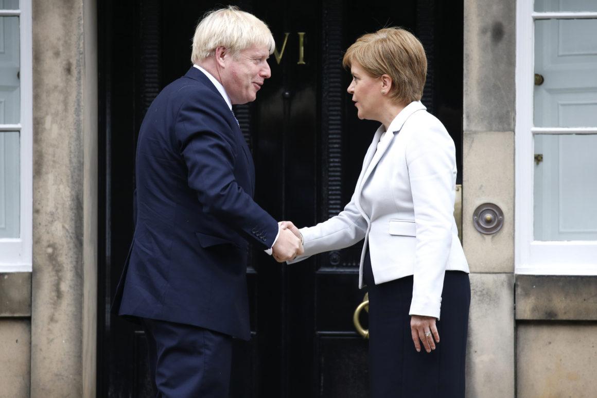 Премијерка Шкотске Никола Старџон и премијер Велике Британије Борис Џонсон током састанка, Единбург, 29. јул 2019. (Фото: Duncan McGlynn/Getty Images)
