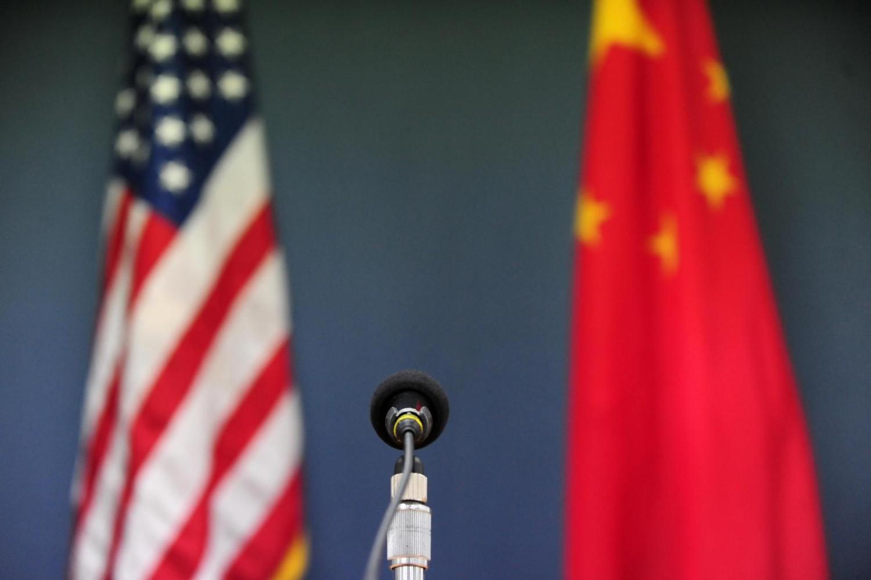 Zastave SAD i Kine iza govornice sa mikrofonom u američkoj ambasadi u Pekingu, 09. april 2009. (Foto: Frederic J. Brown/AFP via Getty Images)