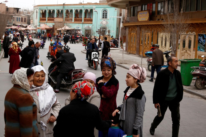 Ljudi na ulici tokom razgovora, Kašgar (Autonomni ujgurski region Sinkjang), 22. mart 2017. (Foto: Reuters/Thomas Peter)