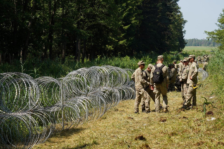 Pripadnici litvanske vojske tokom postavljanja bodljikave žice na granici sa Belorusijom, Druškininkaj, 09. jul 2021. (Foto: Reuters/Janis Laizans)