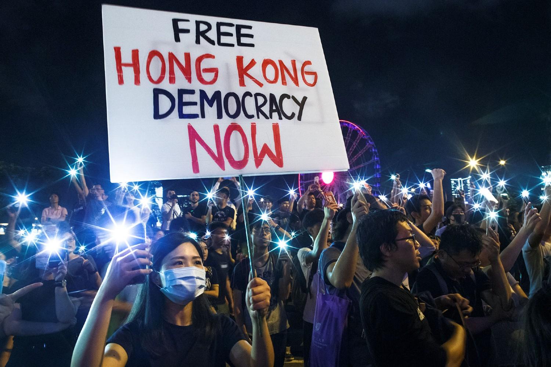 "Demonstranti sa transparentom na kome piše ""Slobodan Hongkong, demokratija sada"", tokom protesta u Hongkongu, jun 2019. (Foto: Reuters/Thomas Peter)"