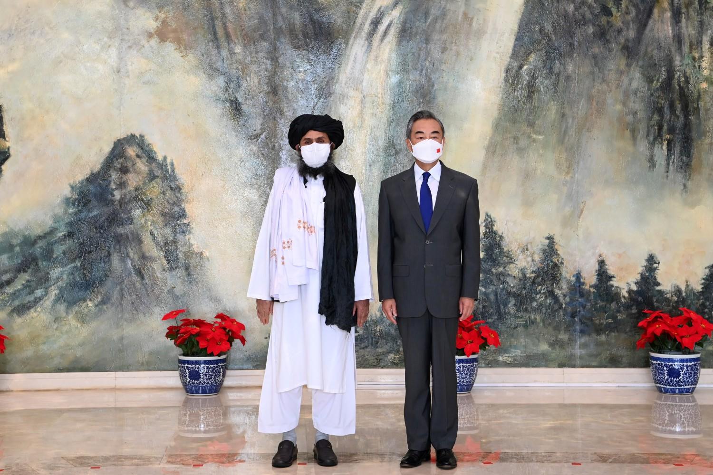 Кинески државни саветник и министар спољних послова Ванг Ји током састанка са мулом Абдулом Ганијем Барадаром, политичким лидером авганистанских талибана, Тјанђин, 28. јул 2021. (Фото: Li Ran/Xinhua via Reuters)