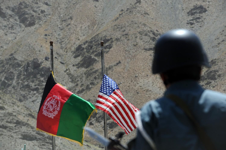 Policajac posmatra podizanje zastava SAD i Avganistana tokom ceremonije predaje kontrole nad planinskim delom Pandžšir doline, 24. jul 2011. (Foto: Shah Marai/AFP/Getty Images)