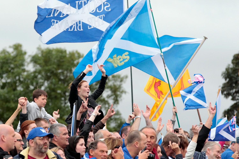Присталице независности Шкотске са заставама током митинга, Единбург, 21. септембар 2014. (Фото: EPA/Graham Stuart)